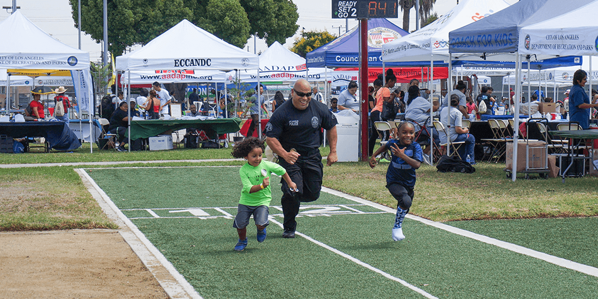Community Steps foot race between police officers and kids