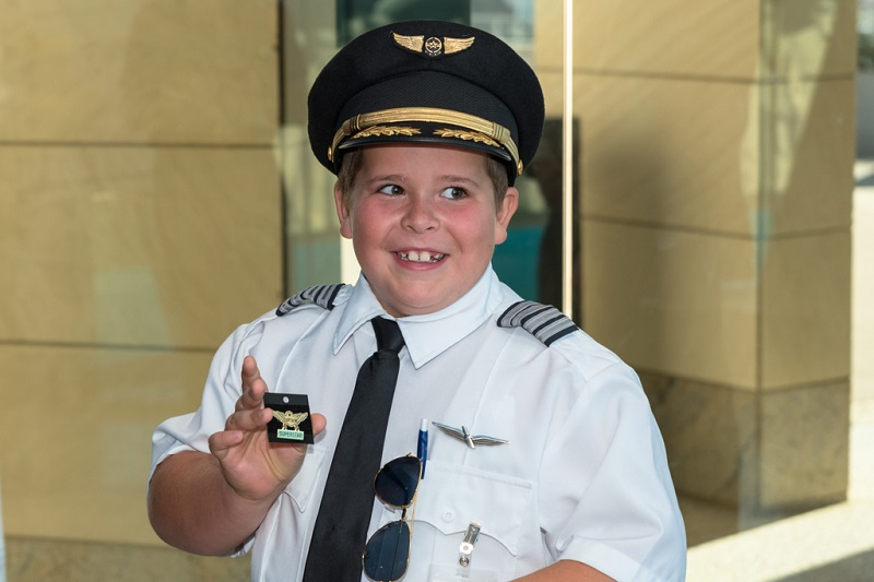 Easton Fryer gets his wings. (Photo courtesy of Envoy Airlines)